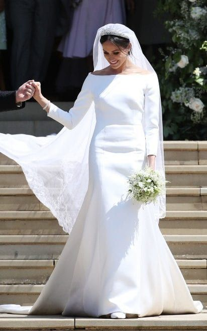 If you are looking for floor length wedding veil that are gorgeous. Lace wedding veil ideas. Beautiful wedding veil ideas for a wedding. Tulle Wedding veil idea. The best wedding veil. Meghan Markle wedding veil. #weddingdress #weddingveils #headpiece