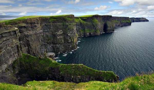http://www.hillwalktours.com/hiking-ireland/slider/8_Cliffs_of_Moher_Walking_Hiking_Ireland.jpg