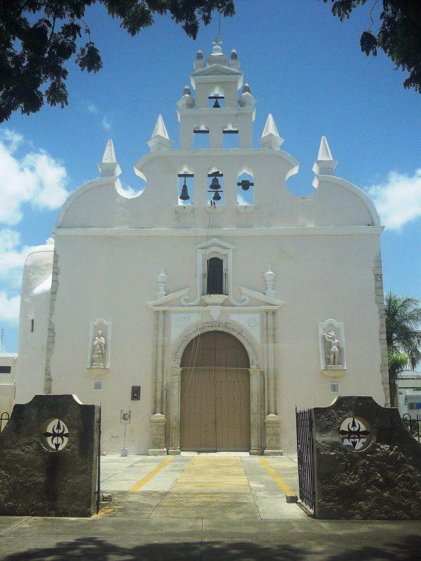 https://upload.wikimedia.org/wikipedia/commons/7/7d/Iglesia_de_Santiago_Ap%C3%B3stol%2C_M%C3%A9rida%2C_Yucat%C3%A1n_%2801%29.jpg
