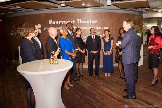 Ontvangst Koning Willem Alexander in de hal van Theater de Meervaart te Amsterdam tijdens #j Koninkrijksconcert 2014