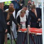 Vrijwilligers door koningspaar met taart verwend