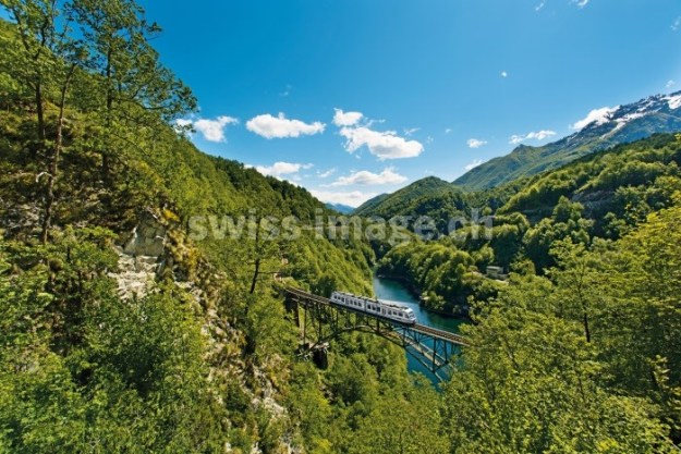 Zwitserland. Centovallibahn bij het Ruinacci Viaduct bij Camedo. Copyright by: Swiss Travel System/Switzerland Tourism-By-Line: swiss-image.ch / Marcus Gyger