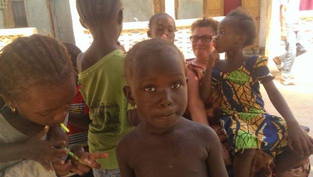 Barmhartigheid: wie ontfermt zich over deze kinderen in Jalambang? Dat doet Friends for Brikama