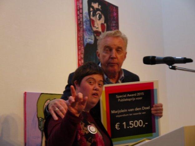 Prijswinnares Buitengewone Kunstenaars Marjolein van den Doel ontvangt prijs van André van Duin