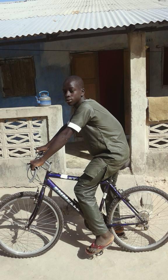 n Jambalang is Ibrahim blij met zijn fiets . Op zijn shirt prijkt de sticker ' sponsored by platform Schagen'...