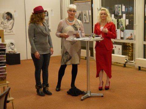 lezing over moederschap binnen het Huis van Oranje bij galerie PS20, van links naar rechts± Zuleika Coffie, Marianne Visser van Klaarwater, Monica Daleman.