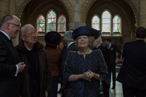 prinses Beatrix geniet van jet interier van de Sint Bavo