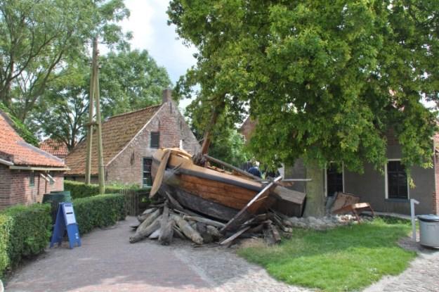 Watersnoodstraat: schip ramt huis