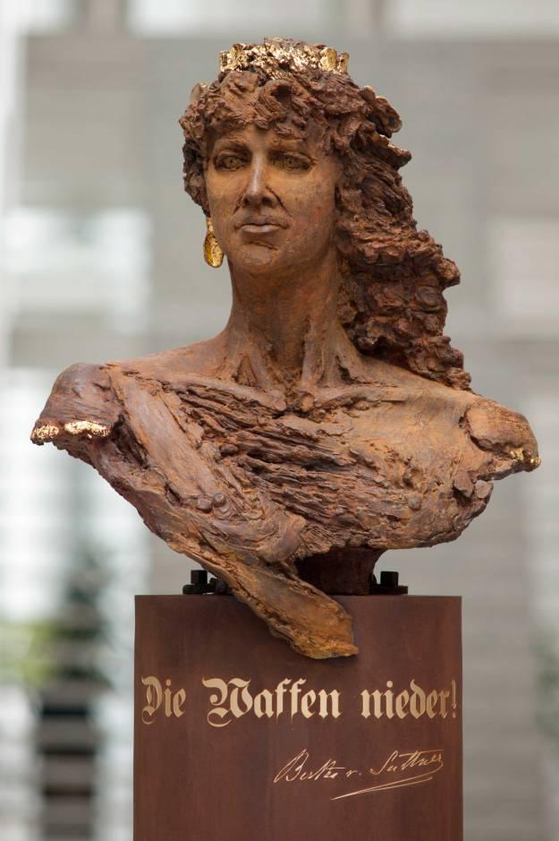 Het door Ingrid Rollema gemaakte borstbeeld van Bertha Suttner
