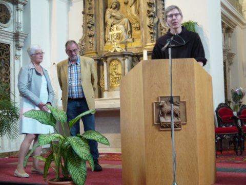 Marianne Visser van Klaarwater en Joep van Zijl luisteren naar pater Roland Putman