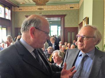 Voorzitter Cammeraet (l) en Hendrik Duijts tijdens Dagje uit in Haarlem