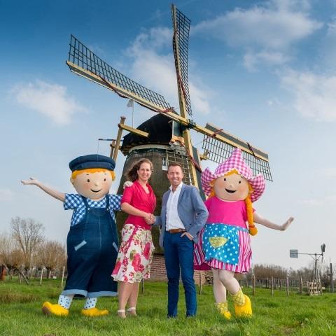 Michael van Hoorne, eigenaar van Van Hoorne Entertainment enVoorzitter Lisanne Addink-Dölle (voorzitter Streekcentrum) hopen dat april 2018 de Avonturenboerdreij te openen