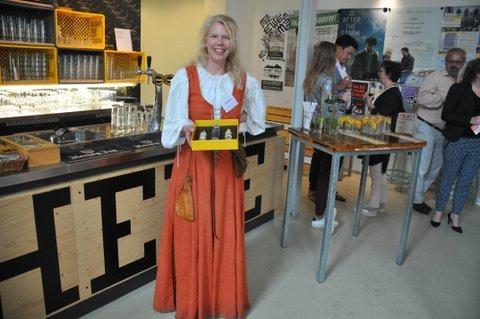 PRET/Schiedam 18.5.17. De plenaire bijeenkomst en borrel vond plaats bij Wenneker. De PRET-prijs betrof een geschenkdoosje jenevers en gin en werd gewonnen door Angelique Schipper (Historie KS)