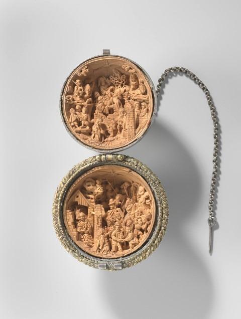 Kleine wonderen, Adam Dircksz, Gebedsnoot met reliëfs van de geboorte van Christus en de aanbidding door de drie koningen, buxushout. zilver en goud, 48mm, Nederland ca 1500-1530