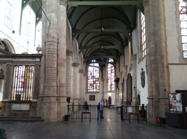 Gouda, de sint Janskerk met 70 Goudse glazen over historie van Bijbel en van Nederland