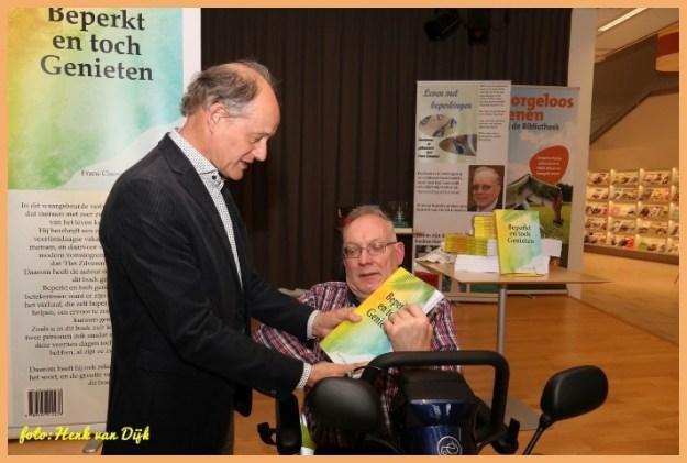 Boek presentatie'Beperkt en toch Genieten'' Frans Claessens 31 maart 2017 samen met Henk van Dijk (47) in de Helmondse Bibliotheek