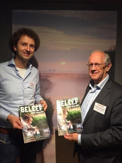 Op 13 september vond in Nieuwkoop de Hollandia Netwerk/PRET bijeenkomst plaats. Tijdens de plenaire bijeenkomst ontving voorzitter Boudewijn Leeuwenburgh van hoofdredacteur Michiel Houtzagers het nieuwe magazine BELEEF Zuid-Holland. Op de achtergrond de Nieuwkoopse Plassen.