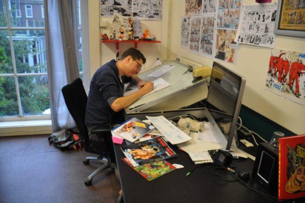 Haarlemse striptekenaar Gerben Valkema aan het werk in zijn atelier