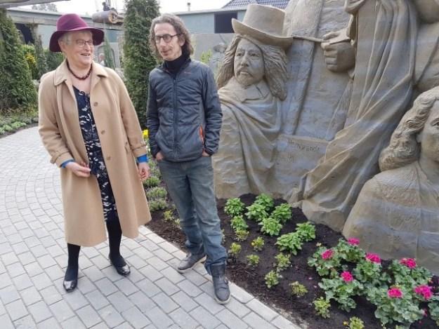 Zandbeeldhouwer Lars Borst en Marianne Visser van Klaarwater tijdens 't Zandsculpturenfestijn 2018
