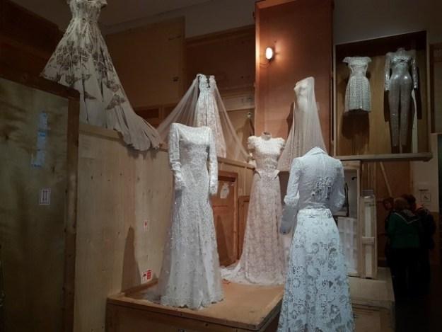 Beiden voor de wet hertrouwd in december 2016 zwijmelden Jacinthe en ik bij de bruidscollectie van Jan Taminiau
