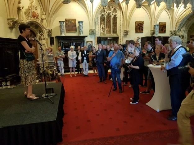 Barones Alexandra van Zuylen van Nijeveldt spreekt in de ontvangsthal van Kasteel de Haar tot de gasten met o.a. Willibrord Frequin, Anne-Wil Blankers en René Miloch