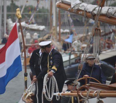 100 jaar Zuiderzeewet; de kapitein van de Groene Draak gooit de trossen los met recht prinses Beatrx, foto: Marianne Visser van Klaarwater