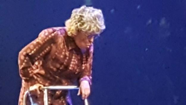 Brigitte Kaandorp als rollator-oma