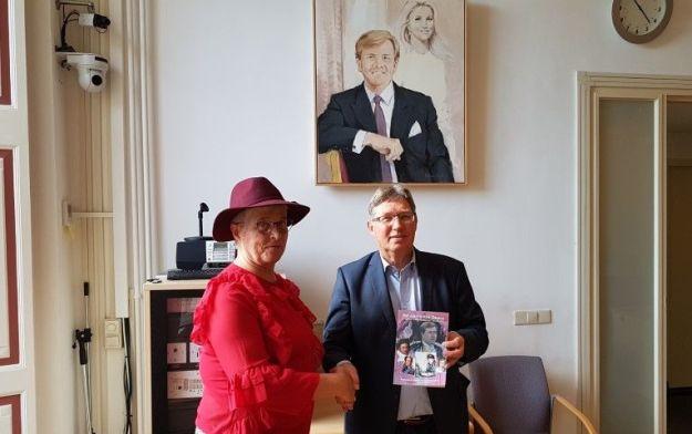 Brielle, onder toezicht van het koningspaar schenk ik de heer G.Rensen, burgemeester van Brielle, in de raadszaal van het Stadshuis mijn boek ''het geloof van Oranje''