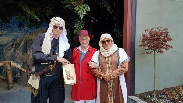 11e Zandsculpturenfestijn Garderen, 11 april 2019, Marianne Visser van Klaarwater met de emir van Maqat en Rachid (l) en sjeik Abdul el Sadik (r)