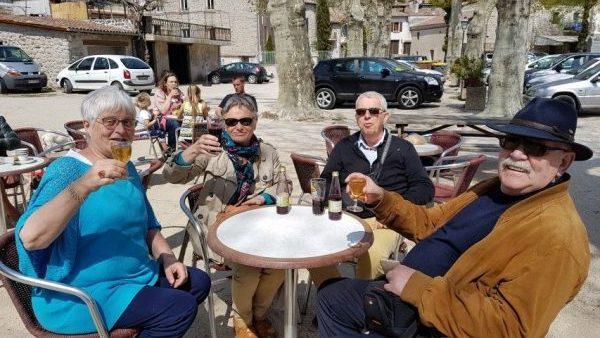 Villages de caractère d'Ardèche; in Vinezac proostten we op de 83e verjaardag van Theo Helmer, onze favoriete meester van de 5e klas lagere school. Van links naar rechts: Marianne, Patty, Louis, en mijn man Peter