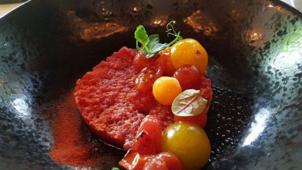 Villa Beukenhof, voorgerecht steak tartaar met tomaat, basilicum en kwartel ei.