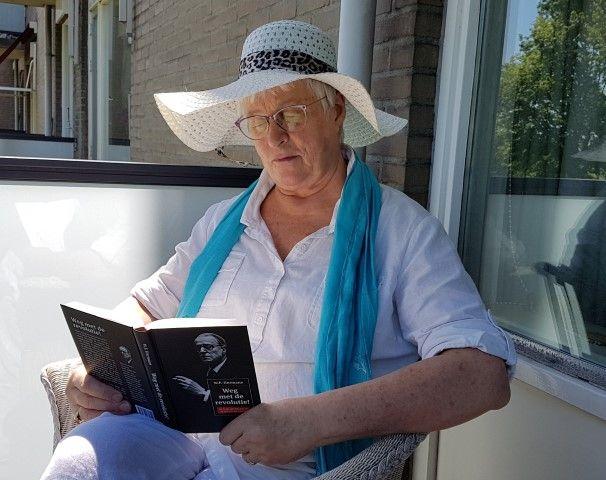 Met het verzoek om een recensie stuurde Elsevier Weekblad aan mij ''Weg met de Revolutie'' . Hierin staan alle verhalen die W.F.Hermans schreef voor dit tijdschrift. Dus genoot ik van het mooie weer en van een goed boek..