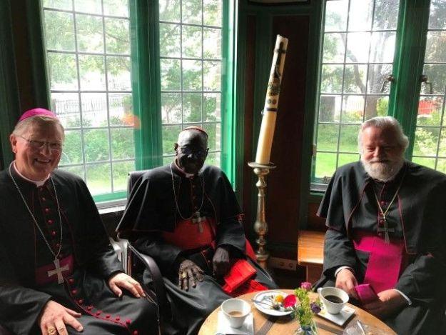 Kardinaal Robert Sarah met Mgr J. Punt en Mgr J. Hendriks, die beiden in 2019 hun veertig jarig priesterjubileum vieren