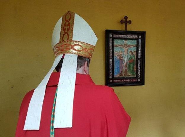 Bedevaartsoord Brielle, Martelaren van Gorcum: Mgr.Hende, bisschop van Rotterdam, in gebed op de executieplaats bij de statie ''Jezus sterft aan het kruis'', foto: Marianne Visser van Klaarwater