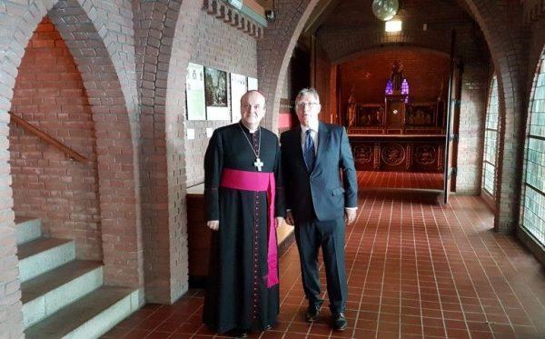 Bisschop J. van den Hende en Burgemeester Gregor Rensen op weg naar de herenkamer voor een goed verzorgde lunch dankzij veel vrijwilligers