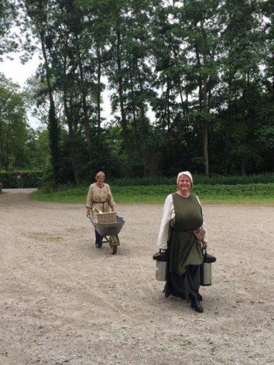 Hollandia Netwerk Evenement,Ruïne van Brederode, vrijwilligsters brengen koffie, thee en koek. foto: Marjolijn van der Jagt