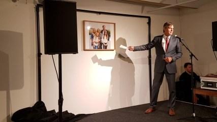 Martin Hartog onthult het miniatuurschilderij van Hasan Kale, gemaakt ter ere van zijn 25-jarig kunstenaarschap.