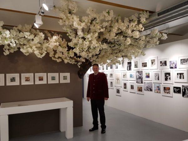 Sean Hepburn Ferrer onder de bloeiende seringenboom, Beurs van Berlage, Intimate Audreyntim