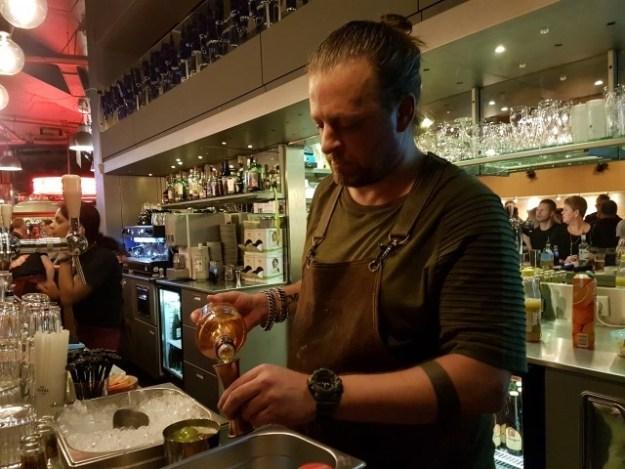 Cocktailmaker Arjan Kleton maakt volgens eigen recept zijn cocktail ''43 lieve vrouwen''