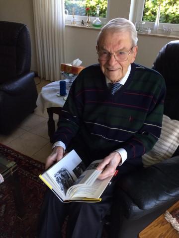 Filmpionier Henk van der Linden met zijn boek