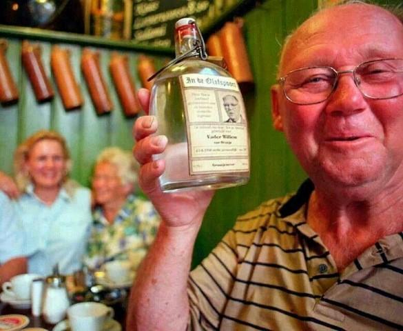Vader Willem noemde zich een echte oranje en proost als lid van de Flessenclub op de verjaardag van de vorst. Riny en haar moeder kijken toe