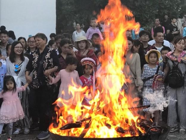 terug naar kantoor? Gebruik rituelen, op de foto: China uitroken van geesten len