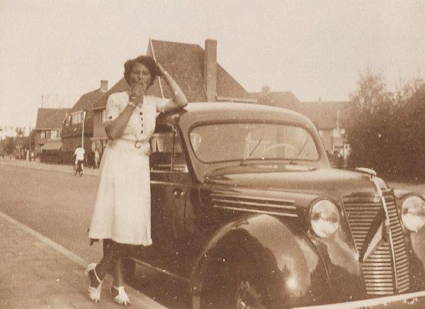 mijn moeder Riek Reijn voor haar huis tijdens de Tweede Wereldoorlog