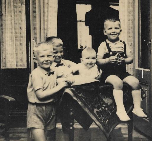 Ouder en kind, mijn man Peter Lasschuit (rechts vooraan in spirngpakje) met zijn broers en zusje in 1941