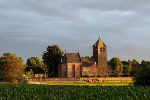 10 fietstochten door het Land van Ravenstein. duizend jaar oude Sint Michaelkerk in Dennenburg. Fotografie Rob Pluijm