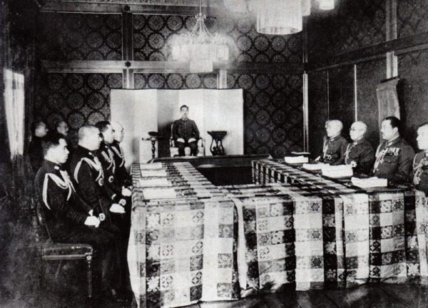 Keizer Hirohito van Japan tijdens een vergadering in 1943
