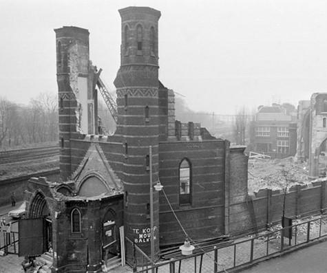 Oproep tot Kerkdiscussie. Foto: Rob Mascini ''Nog is het licht in de tempel niet gedoofd.'' Afbraak Magdalenakerk `1965 Amsterdam