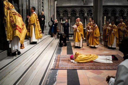 Oproep tot Kerkdiscussie. Foto: Rob Mascini ''Nog is het licht in de tempel niet gedoofd.'' Mgr Erik Vorden, de RK bisschop van Oslo, neemt bezit van zijn zetel in de Lutherse Kathedraal van Trondheid, de oude bisschopsstad