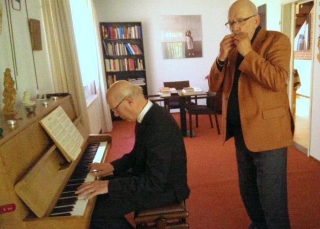 Ouderenemancipatie, twee 80plussers maken met elkaar muziek, links pastoor Jan Schafraad, rechts mijn man en levensgenieter Peter Lasschuit