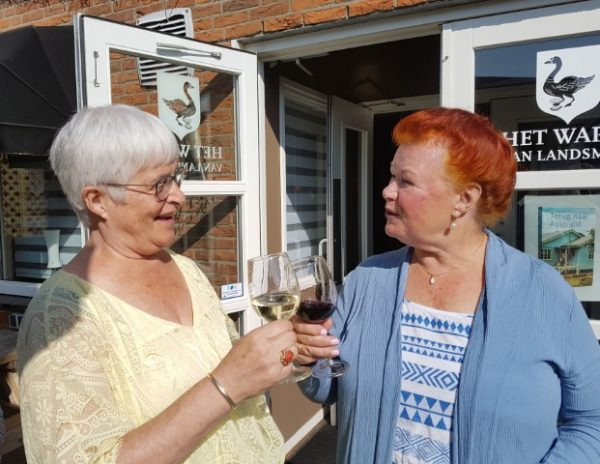 Australisch feestje. Ik (Marianne Visser van KLaarwater) proost met auteur Maria Douwes op het succes van haar boek Terug naar Australië